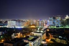 巴库,阿塞拜疆- 2018年7月18日:巴库市设计鸟景色夜明亮的光 免版税库存图片