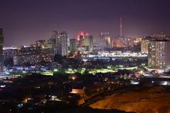 巴库,阿塞拜疆- 2018年7月18日:巴库市设计鸟景色夜明亮的光 库存图片