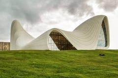 巴库,阿塞拜疆-盖达尔・阿利耶夫中心博物馆在巴库 萨哈・哈帝建筑师宇宙建筑学  现代文化中心,  库存照片