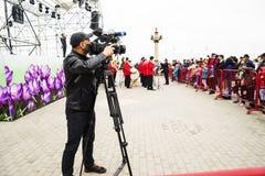 巴库, Azerbayjan, 10可以, 2017年:射击一个生活音乐会的摄影师 免版税库存照片