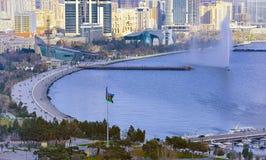 巴库-阿塞拜疆的市中心的看法在冬天 教会 里海的看法 大道的看法 海边走 图库摄影
