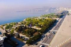 巴库-阿塞拜疆的市中心的看法在冬天 教会 里海的看法 大道的看法 免版税库存图片