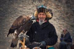 巴彦Olgii,蒙古- 2017年10月01日:鹫Festifal 美丽如画的老Greybearded蒙古猎人Berkutch画象  免版税库存照片