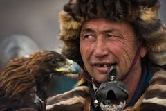 巴彦Ulgii,蒙古- 2017年10月01日:鹫节日 未知的蒙古猎人画象与传神视域和Ru的 库存图片