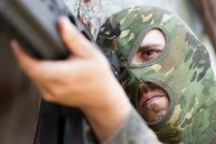 巴拉克拉法帽屏蔽的恐怖分子与枪 免版税库存图片