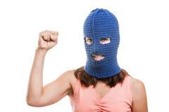 巴拉克拉法帽陈列的妇女提高了拳头姿态 库存照片