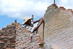 巴拉圭建筑工人在工作在新房里 免版税库存图片