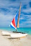 巴拉德罗角海滩在有一条五颜六色的筏风船的古巴 免版税库存照片