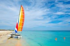 巴拉德罗角海滩在有一条五颜六色的风船的古巴 库存照片