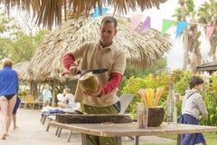 巴拉德罗角,古巴- 2018年1月05日:一个人刀子在的一个椰子 库存照片