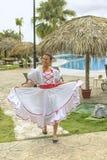 巴拉德罗角,古巴- 2018年1月05日:全国礼服摆在的女孩 图库摄影