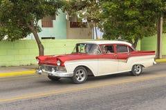 巴拉德罗角,古巴- 2018年1月05日:经典红色福特减速火箭的汽车ri 库存图片
