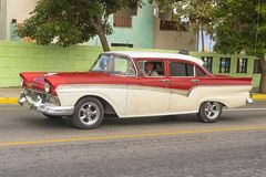 巴拉德罗角,古巴- 2018年1月05日:经典红色福特减速火箭的汽车ri 免版税库存照片