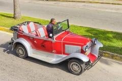 巴拉德罗角,古巴- 2018年1月05日:经典红色福特减速火箭的汽车ri 免版税库存图片