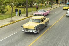 巴拉德罗角,古巴- 2018年1月05日:经典美国减速火箭的汽车ri 免版税库存图片