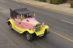 巴拉德罗角,古巴- 2018年1月05日:经典黄色福特减速火箭的汽车 免版税图库摄影