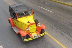 巴拉德罗角,古巴- 2018年1月05日:经典黄色福特减速火箭的汽车 免版税库存图片
