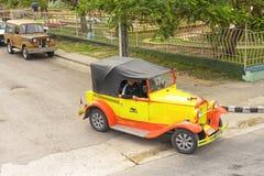 巴拉德罗角,古巴- 2018年1月05日:经典黄色福特减速火箭的汽车 库存图片