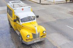 巴拉德罗角,古巴- 2018年1月05日:经典黄色福特减速火箭的汽车 免版税库存照片