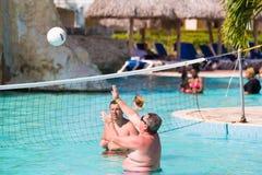 巴拉德罗角,马坦萨斯,古巴- 2017年5月18日:人在水池的戏剧排球 复制文本的空间 免版税库存图片