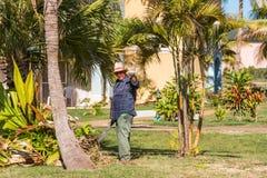 巴拉德罗角,马坦萨斯,古巴- 2017年5月18日:庭院的背景的古巴花匠 复制文本的空间 免版税图库摄影