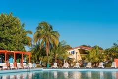 巴拉德罗角,马坦萨斯,古巴- 2017年5月18日:游泳池的看法在站点的 复制文本的空间 免版税库存图片