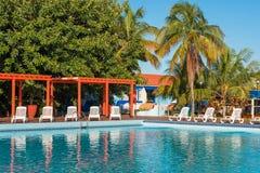 巴拉德罗角,马坦萨斯,古巴- 2017年5月18日:游泳池的看法在站点的 复制文本的空间 免版税库存照片