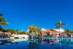 巴拉德罗角,马坦萨斯,古巴- 2017年5月18日:游泳池的看法在站点的 复制文本的空间 库存照片