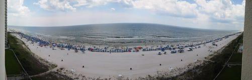 巴拿马市海滩墨西哥湾海滩睡椅五颜六色在美丽如画的日落附近 免版税库存图片