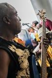 巴拿马市,巴拿马,2015年8月15日 弹有他的小组的非裔美国人的音乐家特写镜头吉他 图库摄影