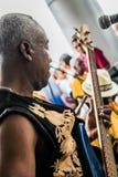 巴拿马市,巴拿马,2015年8月15日 弹有他的小组的非裔美国人的音乐家特写镜头吉他 免版税库存照片