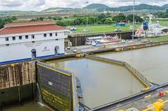 巴拿马运河米拉弗洛雷斯锁有入口和出口渠道的 免版税库存图片