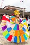巴拿马indipendence五颜六色的传统礼服的走读女生 库存照片