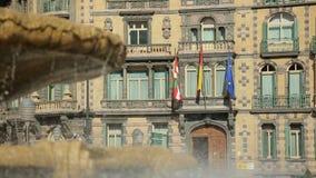 巴斯克语,西班牙语和拍动在Chavarri宫殿门面的欧盟旗子在毕尔巴鄂集中 股票录像