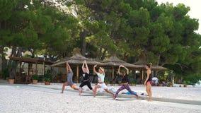 巴斯卡Voda,克罗地亚- 2019年6月12日:人在海滩的实践的瑜伽 股票录像
