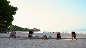 巴斯卡Voda,克罗地亚- 2019年6月12日:在瑜伽班的人舒展在海边 股票录像