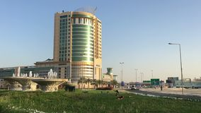 巴林,麦纳麦25,03,2018 麦纳麦的中心 摩天大楼,在大道的汽车 影视素材