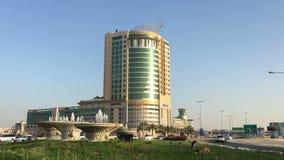 巴林,麦纳麦25,03,2018 麦纳麦的中心 摩天大楼,在大道的汽车 股票视频