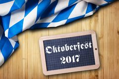 巴法力亚桌布和一个黑板有口号`慕尼黑啤酒节2017年`的 免版税库存图片