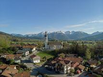 巴法力亚风景鸟瞰图与阿尔卑斯和天空蔚蓝的 库存照片