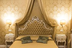 巴洛克式的卧室在一家旅馆里在威尼斯 库存图片