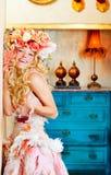 巴洛克式的喝红葡萄酒的方式白肤金发的womand 图库摄影
