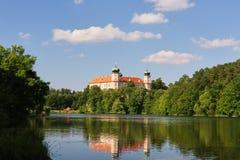 巴洛克式的城堡在Mnisek荚在布拉格附近的Brdy镇 免版税图库摄影