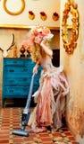 巴洛克式的方式白肤金发的主妇吸尘器 库存照片