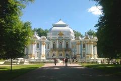 巴洛克式的样式的偏僻寺院公园亭子在凯瑟琳公园在Tsarskoye Selo 库存图片