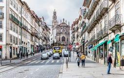 巴洛克式的Clerigos教会和街道在波尔图,葡萄牙 库存照片