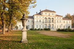 巴洛克式的Tesoriera别墅和花瓶雕塑在都灵,意大利 免版税库存图片