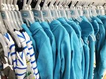 巴特亚姆,以色列2017年12月11日:儿童垂悬在挂衣架的` s衣物在儿童` s商店 库存照片