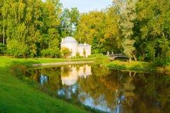巴甫洛夫斯克公园的亭子冷的巴恩在Slavyanka河附近在巴甫洛夫斯克,圣彼德堡地区,俄罗斯 免版税库存照片
