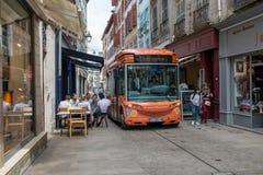 巴约讷,法国- 2018年6月02日,在步行者st的电公共汽车 免版税库存图片
